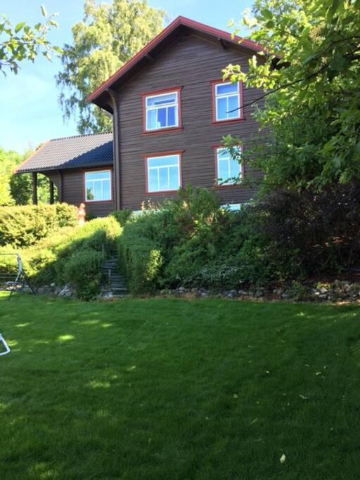Huset og en del av hagen. Solrik og usjenert