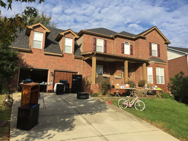 Spacious, welcoming 4br house-  CLOSE to Nashville - Nashville