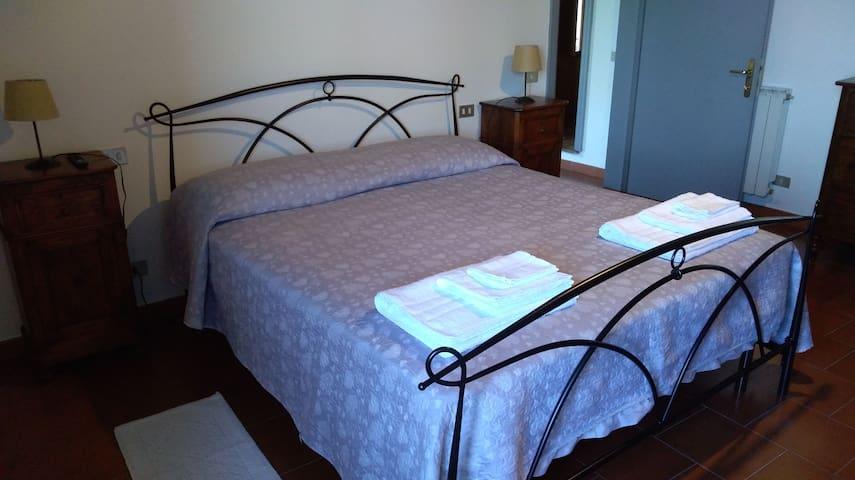 Prima camera da letto con aria condizionata e TV