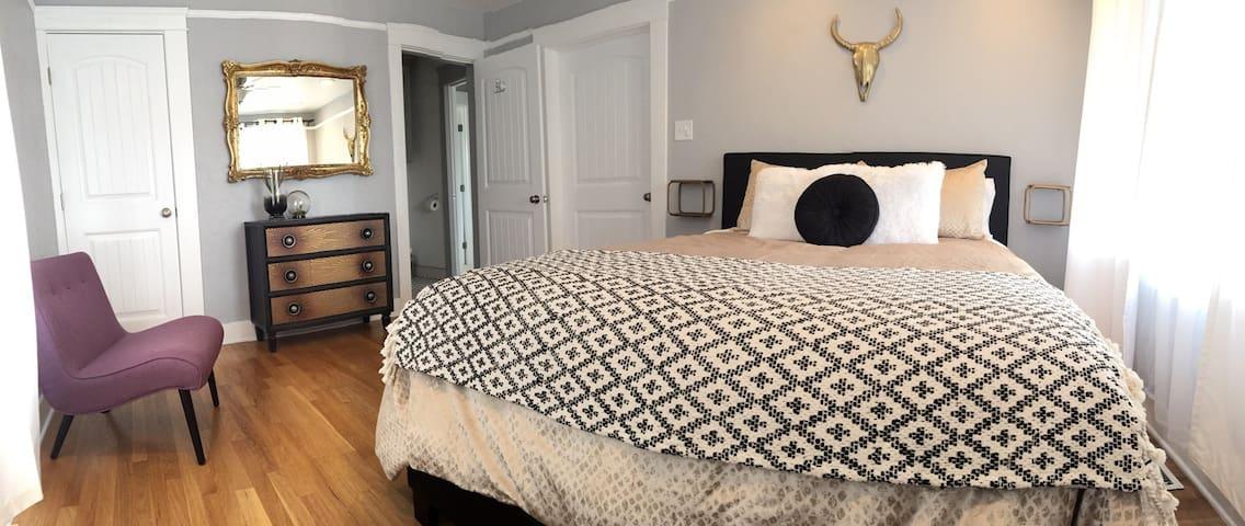 Front bedroom/ queen bed