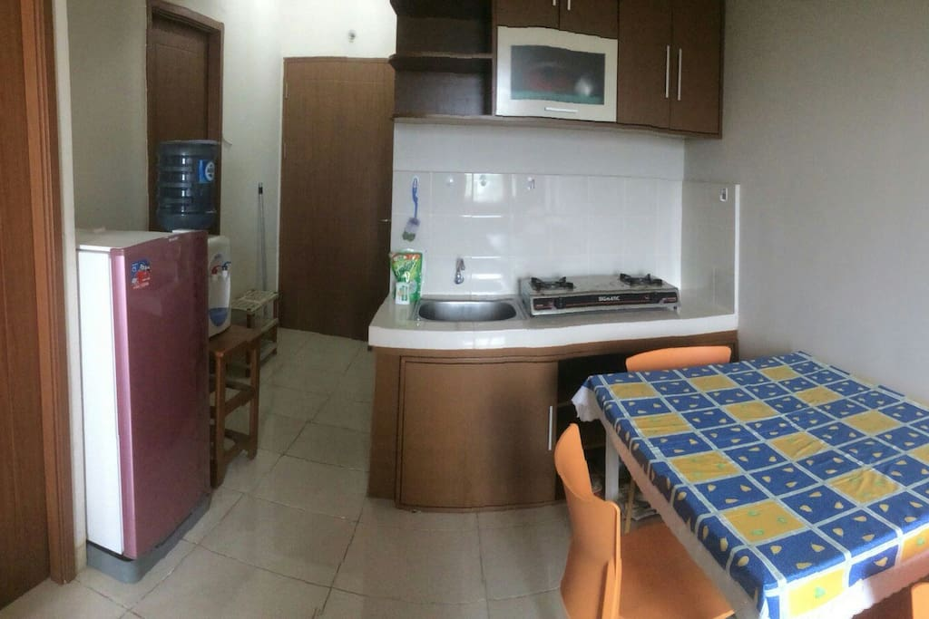 Bagian ruang tamu yang terdiri dari: 1. Full set kitchen termasuk alat masak Dan alat makan 2. Kulkas 3. Dispenser 4. Westafel 5. Meja Dan kursi makan