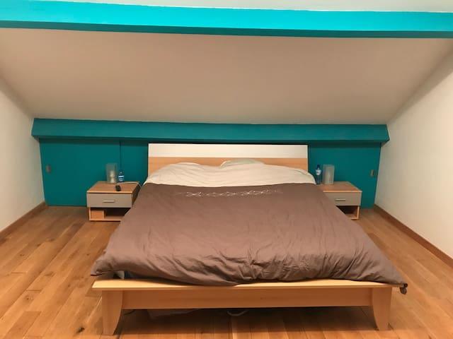 Chambre et salle de douche privative à Neupré