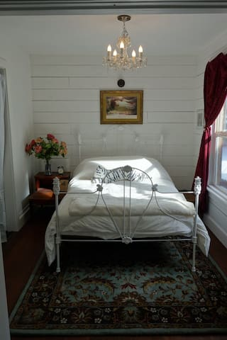 Butterfly Cottage; Tastefully Restored 1895 Home