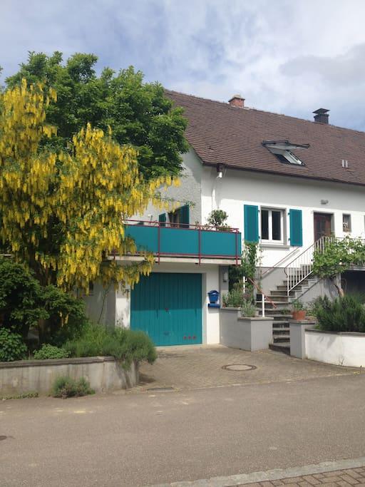 Haus von der Strasse & Garage