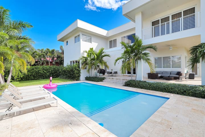 Modern Luxurious Beach Retreat-5 BR with/Heated Pool