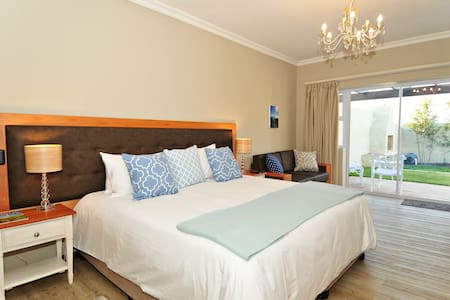 Rooms with kitchenette, private patio & pool view - Hermanus