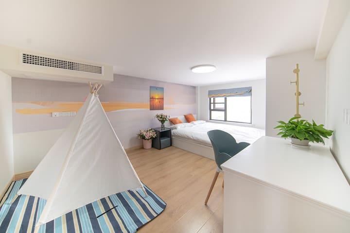 1.8*2.52米的榻榻米大床,可以在床上横着、竖着躺。该房间还是很大的,可能有30平方吧。