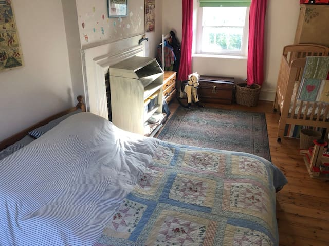 Spacious Double Bedroom close to Universities