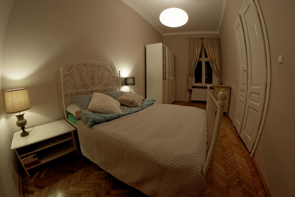Master bedroom. Fresh duvets and towels available to all my guests  Sypialnia