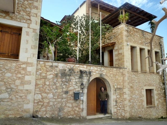 Ideal groups, seminars, family reunion 3 houses and 3 studios with swimming pool