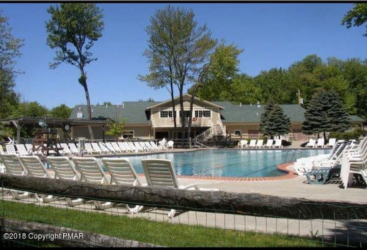 Pocono Pa 5 star Resort slps 12 Pool fire pit deck