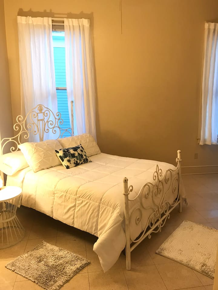 Starland Retreat- Lrg Private Rm in Historic Home