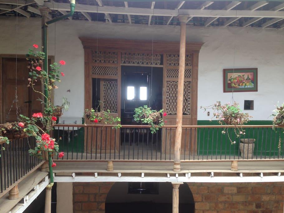 Puertas con calados, pisos en madera y techo en teja de barro