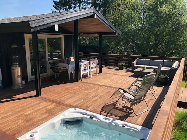 Charming Cottage with outdoor jacuzzi in Hornbæk