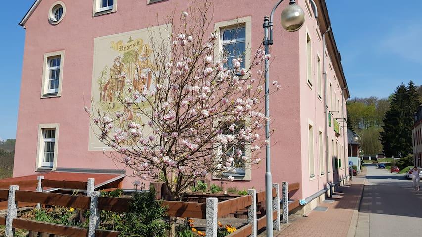 "GASTHAUS ""Zur Rosenaue"" im Frühling"