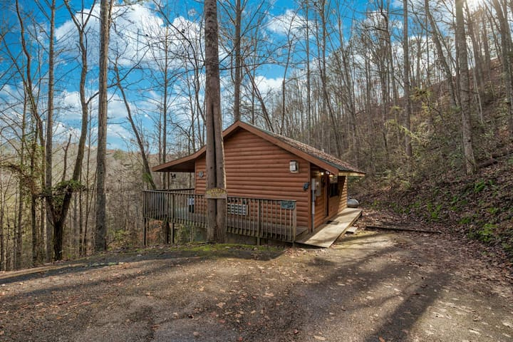 Rooster Way: Hot Tub, Heart Shaped Jetted Jacuzzi, Stone Gas Log Fireplace, Rocking Chairs!