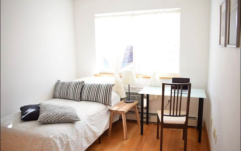 New(2015) Room & easy commute to Manhattan 35min