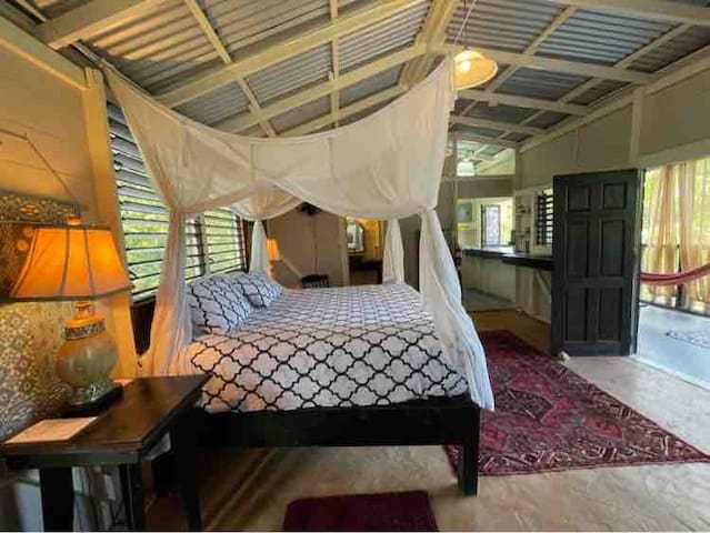 Private Spacious, Breezy and luxurious Penthouse Suite at Katamah Central Treasure Beach, Frenchman's Bay