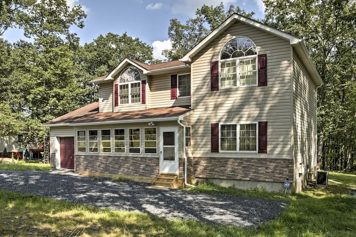 Bushkill House w/Deck & Resort Community Amenities