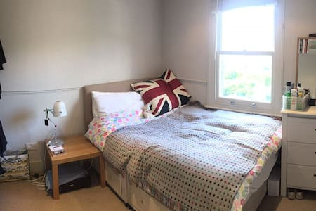Double room - garden view, mins from Clapham Jctn - London
