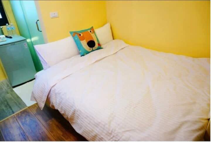 台中逢甲住宿-小資C02 室內空間約4坪 雙人獨立套房獨立衛浴免費提供盥洗用品 洗衣間免費洗衣