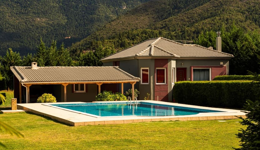 Villa Stymfalia with Private Pool|5' from the lake