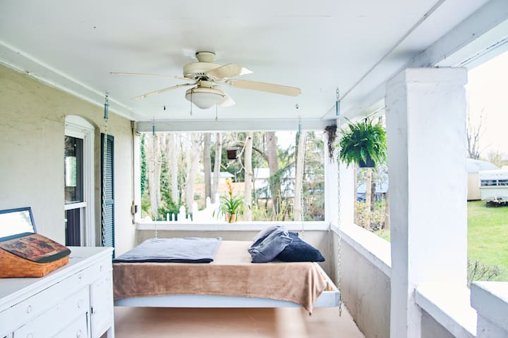 Hanging Bed in Open-Air Room - Marietta - House