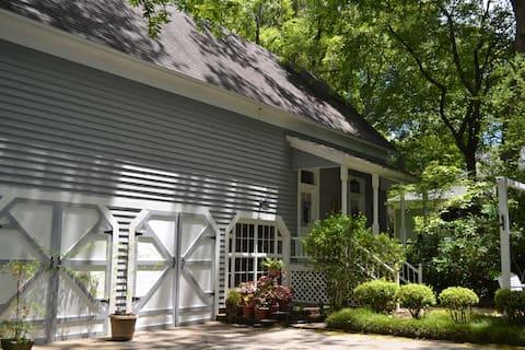 The Evergreen Carriage House- Victoria Garden Room