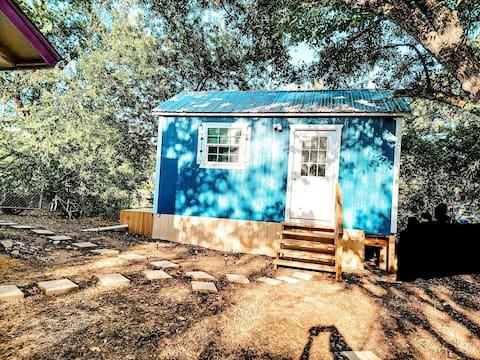 Delightful backyard bungalow/tiny house