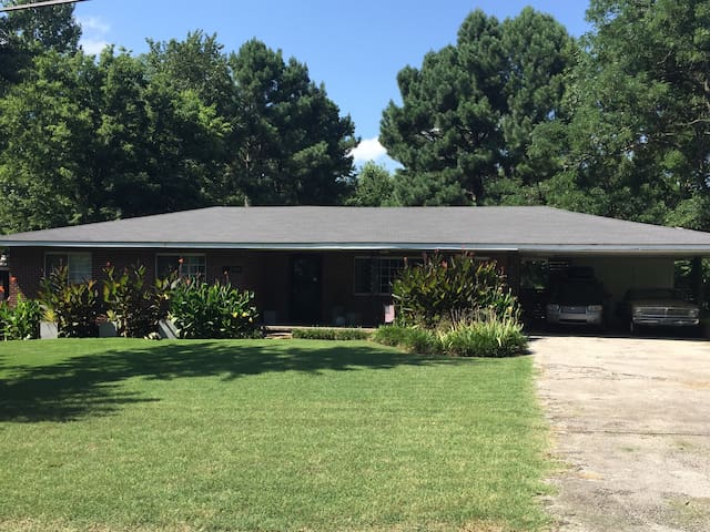 Family & Motorcycle Friendly Home Near U of A - Fayetteville - House