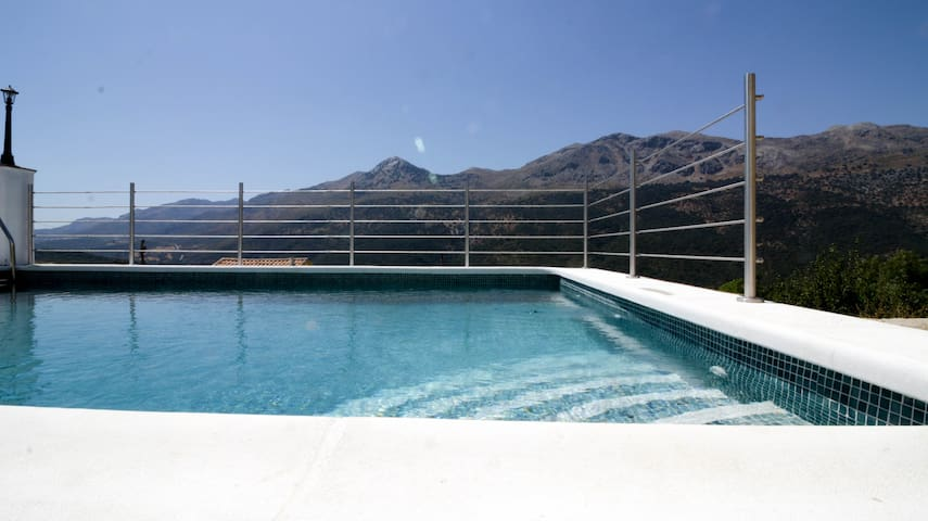 Charming swimming pool, mountains of Ronda