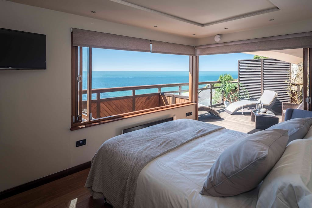 Kingsize bed overlooking the sea