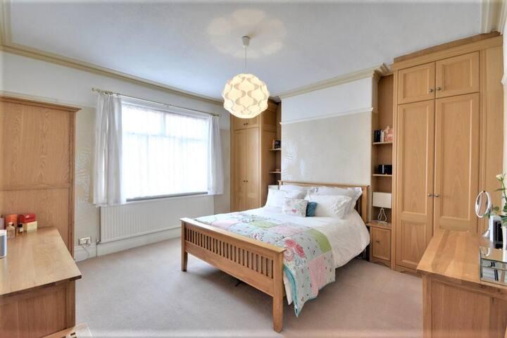 Front bedroom - King size bed with Sonos Speaker