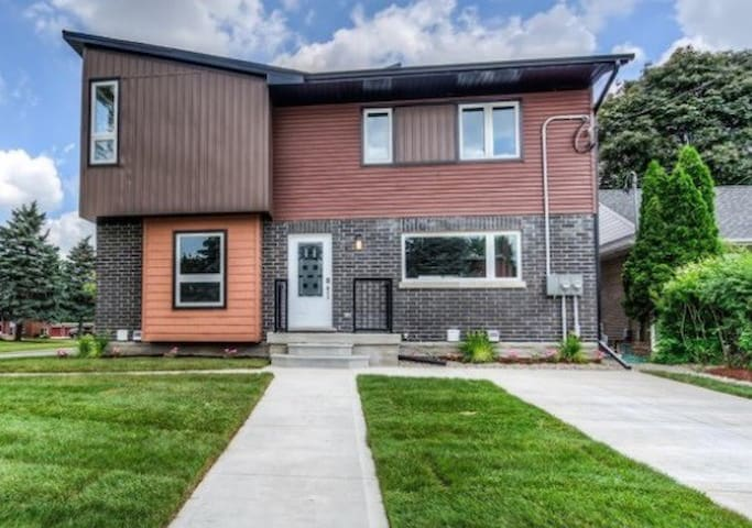 Large 4bdrm Duplex in the Heart of Kitchener!