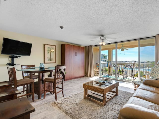 Bright, cozy Condo, beach chairs & bicycles included, Close to entertainment