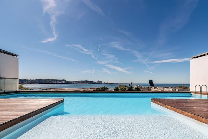 Gorgeous apartment in Alges with Rooftop Pool