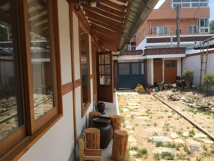 무아한옥게스트하우스 - 휴식의공간  무아 한옥 더블배드룸( 교룡방)