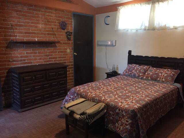 Recamara  con baño completo, incluye ropa de cama asi como cobertores y cobijas.