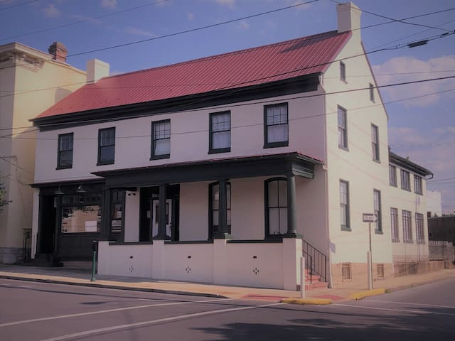 Come See the Newly-Renovated Apple B&B! - Suite 1