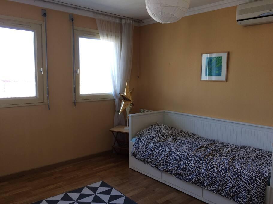 Voici la chambre, son lit simple, des placards et une très belle vue sur le palais des papes.