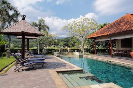 Bale Solah is a luxurious villa - Sandik , Dusun Tattoo