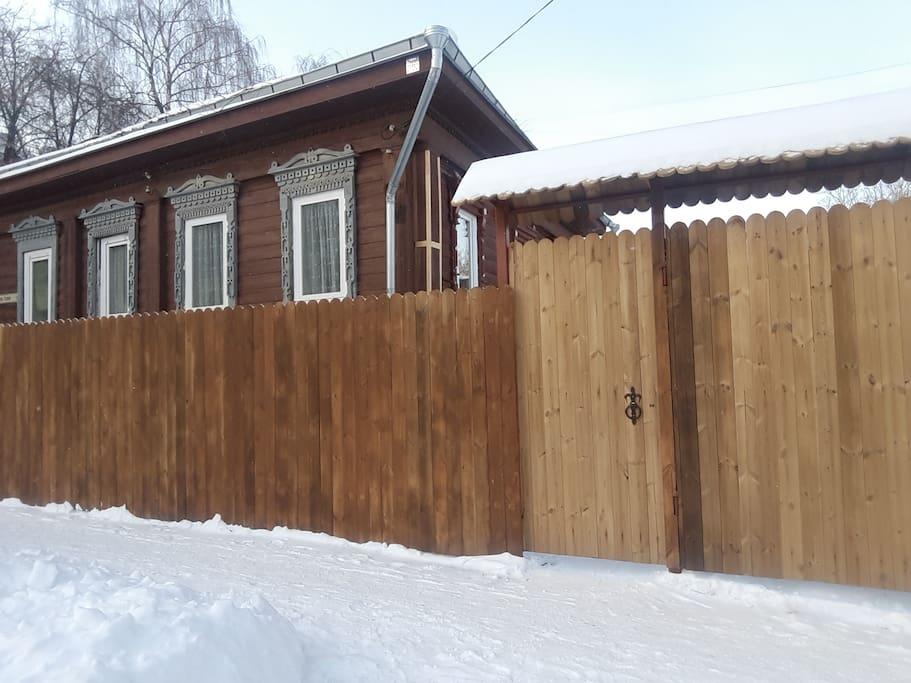 Гостевой дом обнесен забором из термодоски