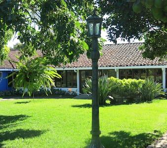Casa Completa en el pueblo de Ataco.  Aloja 12 per - Concepción de Ataco - Hus