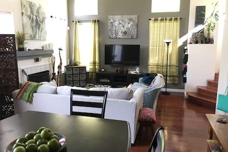 Cozy room in condo by wine country - Suisun City