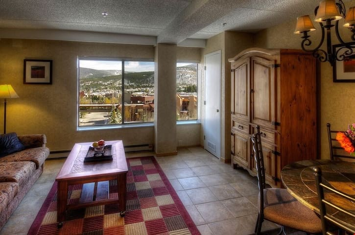 Boasting mountain views, this Studio Condo can sleep up to 4 guests.