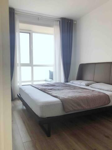 一层北卧室,真皮床头,芝华士床垫,卧室有空调