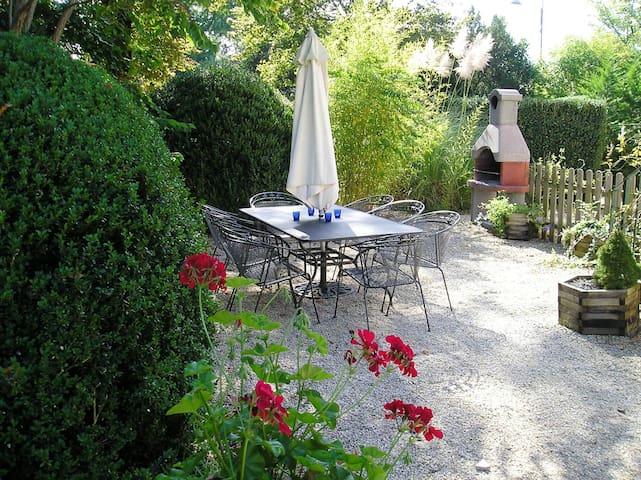 Le Pavillon III, kleinschalig park in de Dordogne - Hautefort - Maison