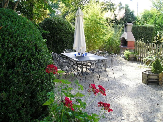 Le Pavillon III, kleinschalig park in de Dordogne - Hautefort - House