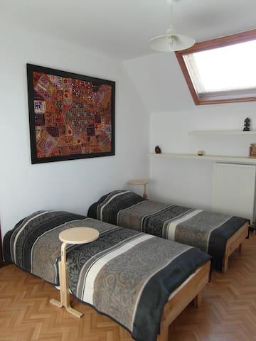 slaapkamer 2: de 1-persoonsbedden zijn zo ontworpen dat je tegen elkaar kan plaatsen en dat de matrassen elkaar werkelijk raken. Grote kast is aanwezig