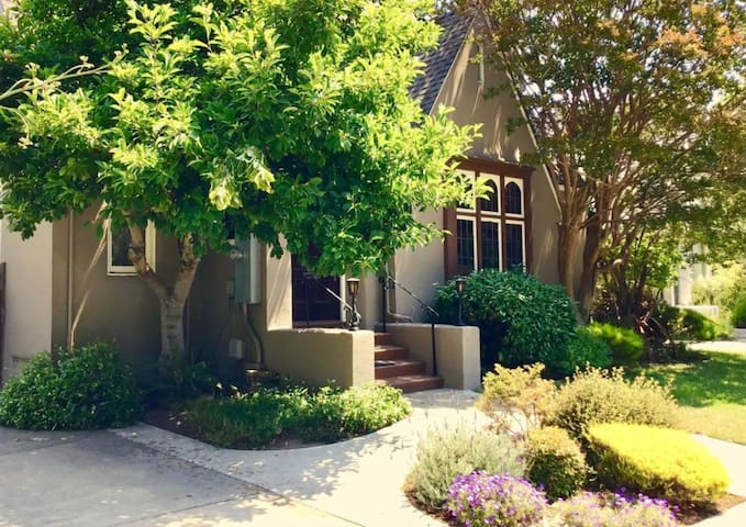Private room / safe and hip / easy access to SF